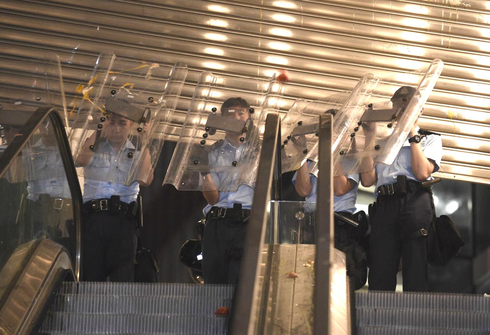 有示威者在警察總部外投擲雞蛋。