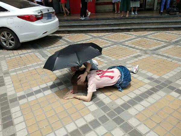 深圳有一名女子經過地鐵站出口時,被上空墜落物品砸中,當場頭部流血。 網上圖片