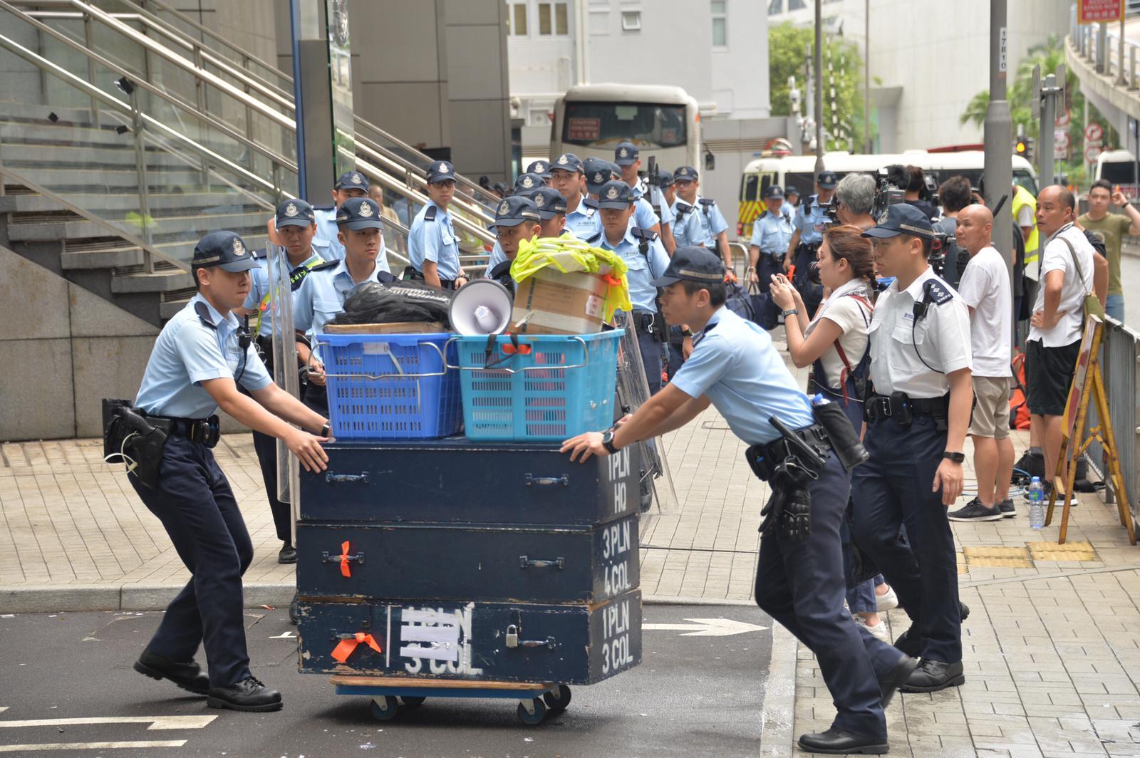 有警員搬運物資。