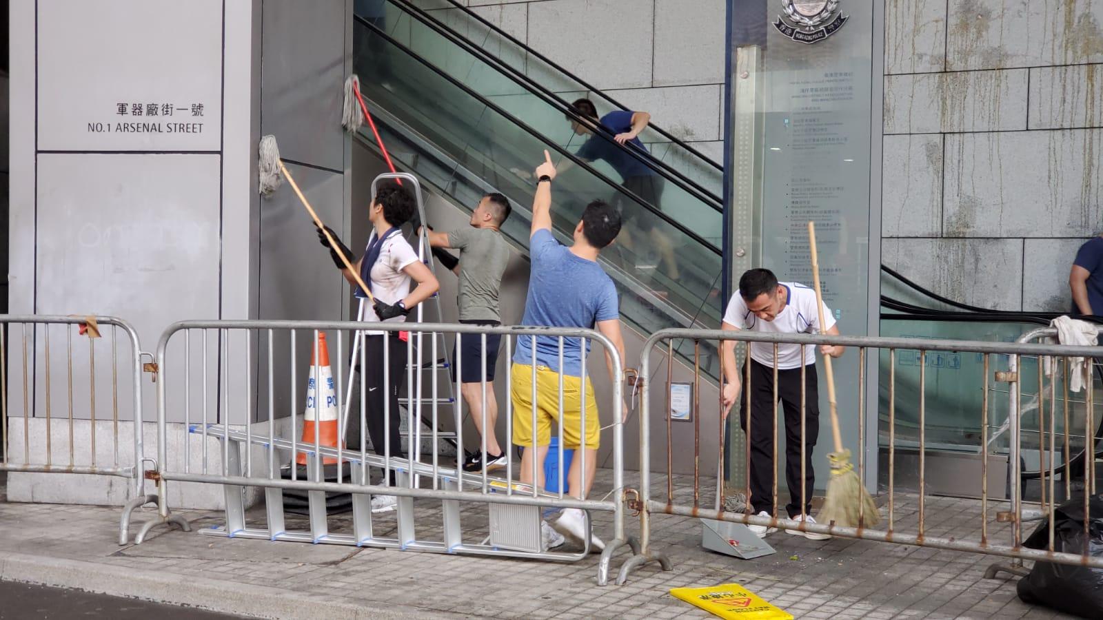 休班警員自發協助清理污漬。