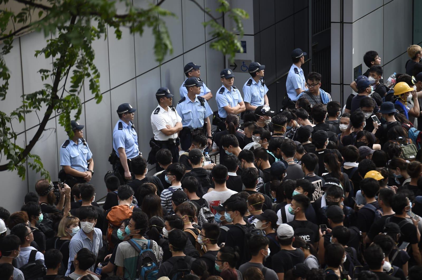示威者包圍警察總部。資料圖片