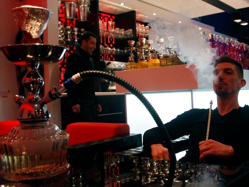 美国一项研究指,每吸食一次水烟所吸入的烟相当于香烟的125倍。 示意图片/AP