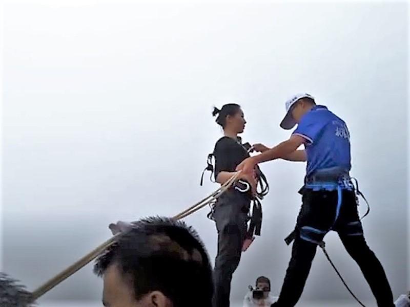 重慶一名女子為了讓同事可以吃上熱騰騰的一餐,每天從300米高的懸崖跳下來送餐。 影片截圖