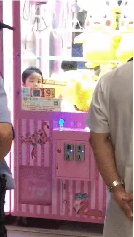 女童当时呆站在夹公仔机的洞内。网图