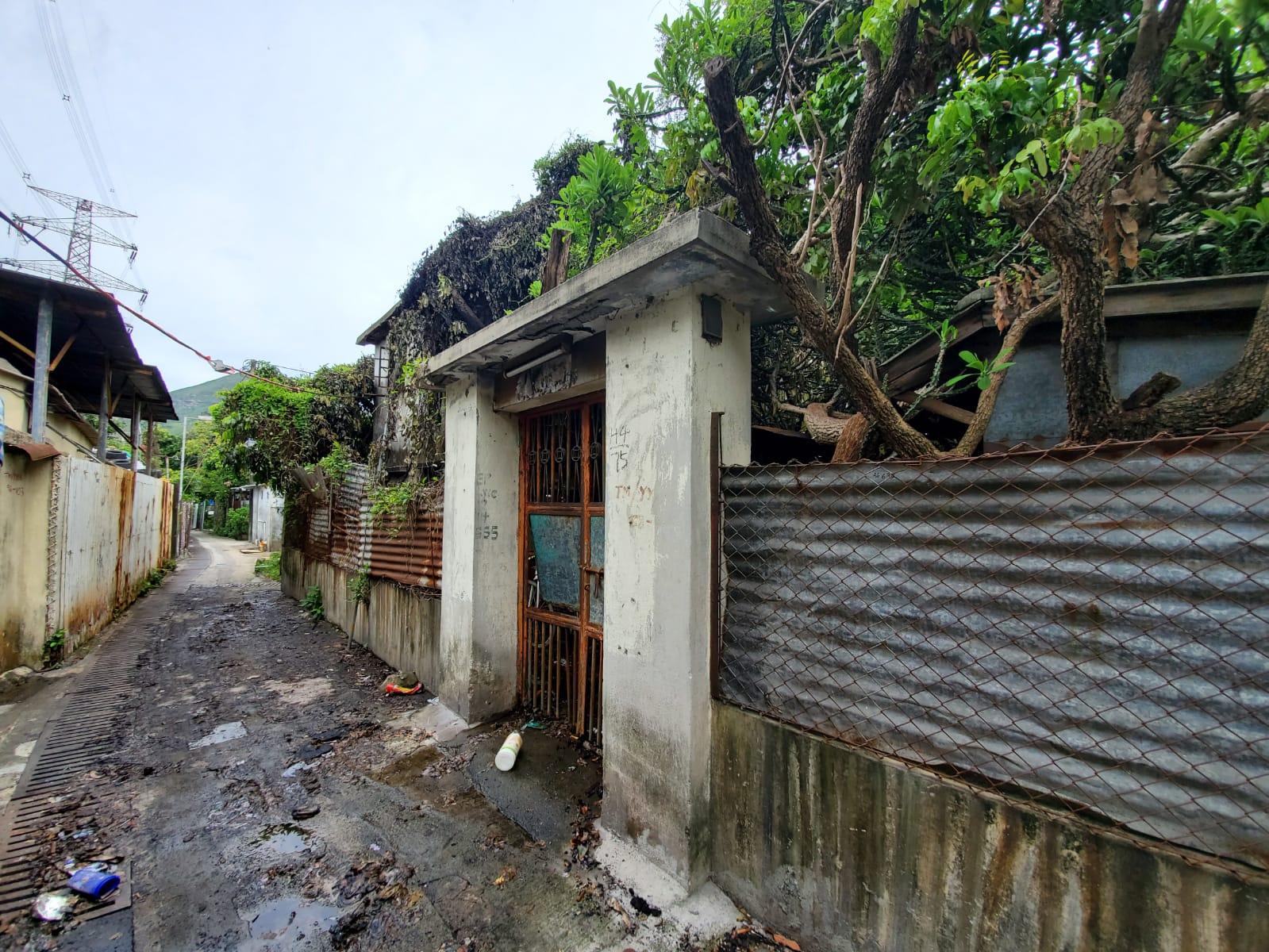 現場為亦園村一幢兩層高石屋。