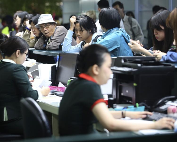 大批受罢工影响的旅客在长荣柜位前等待处理机位。AP