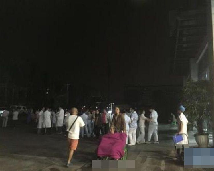 地震发生不少人走上街暂避。新华社
