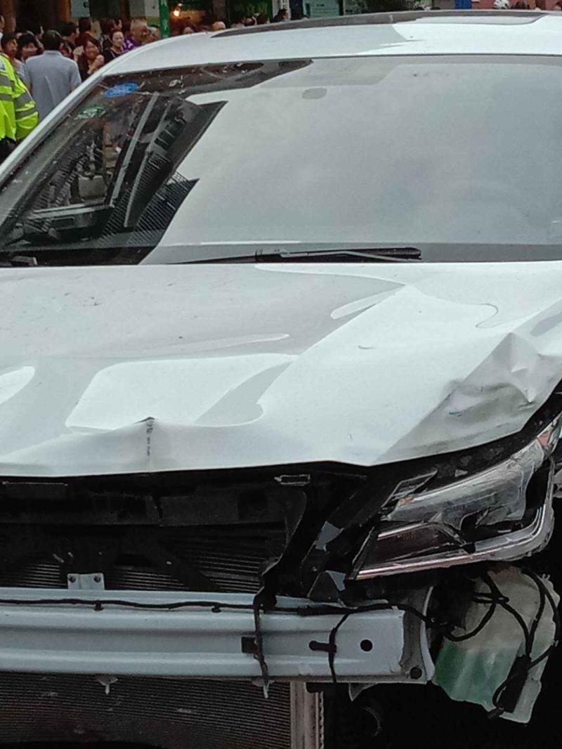 私家车左边车头损股。网图