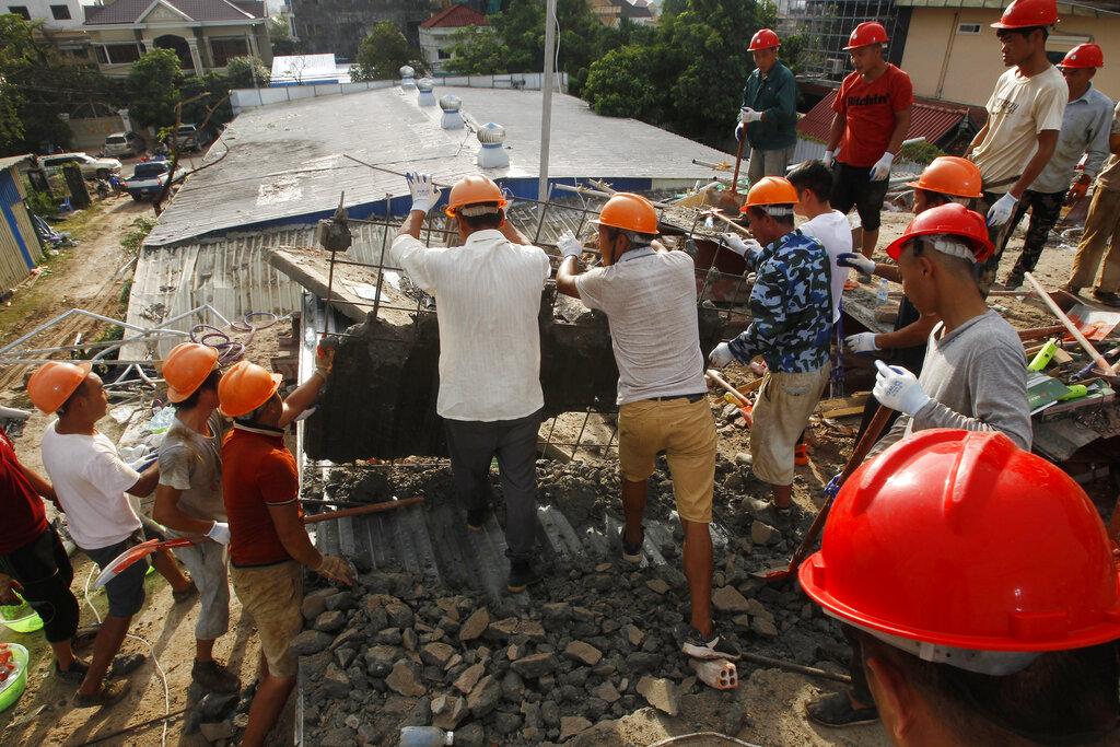 柬埔寨一幢仍在施工的中资住宅大楼倒塌事故,死亡人数已增至17人,24人受伤。 图片