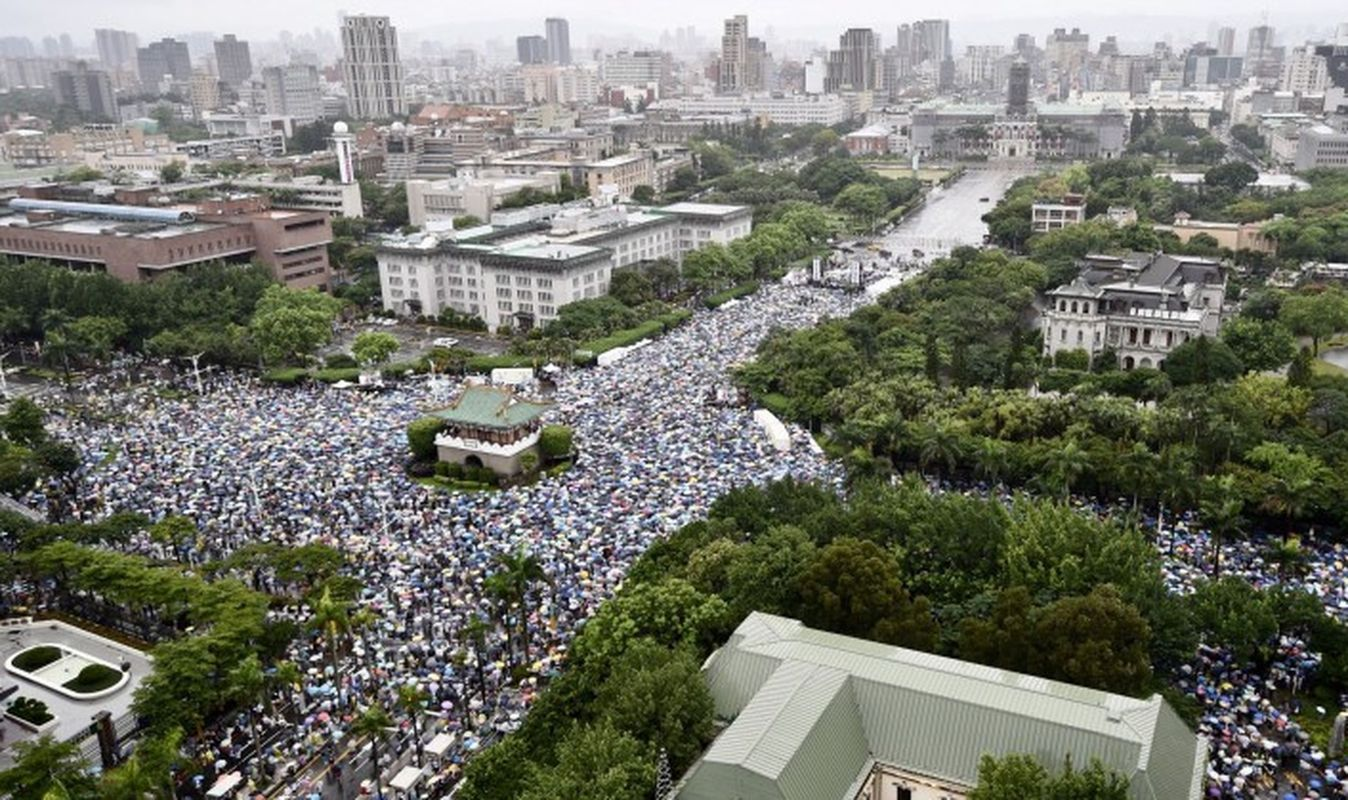 上万人冒雨参加「拒红媒」大游行。
