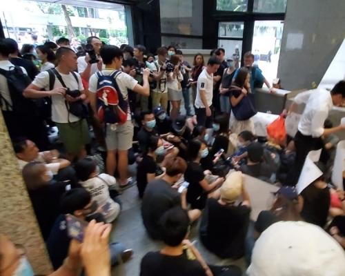 【逃犯條例】網民發起「接放工」 黑衣人擠滿灣仔稅務大樓大堂