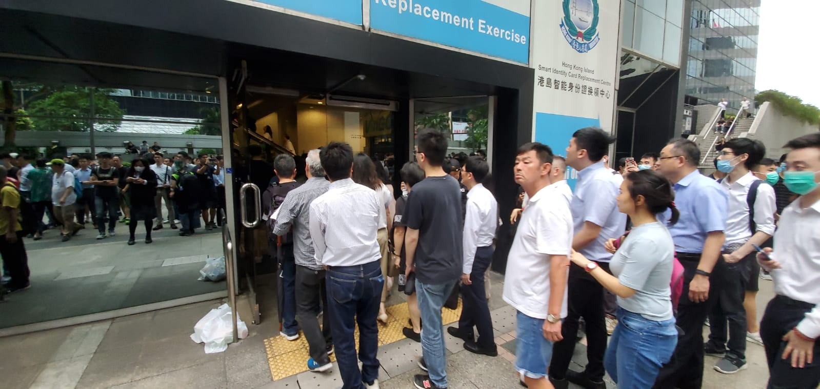逾百職員市民等候進入稅務大樓。
