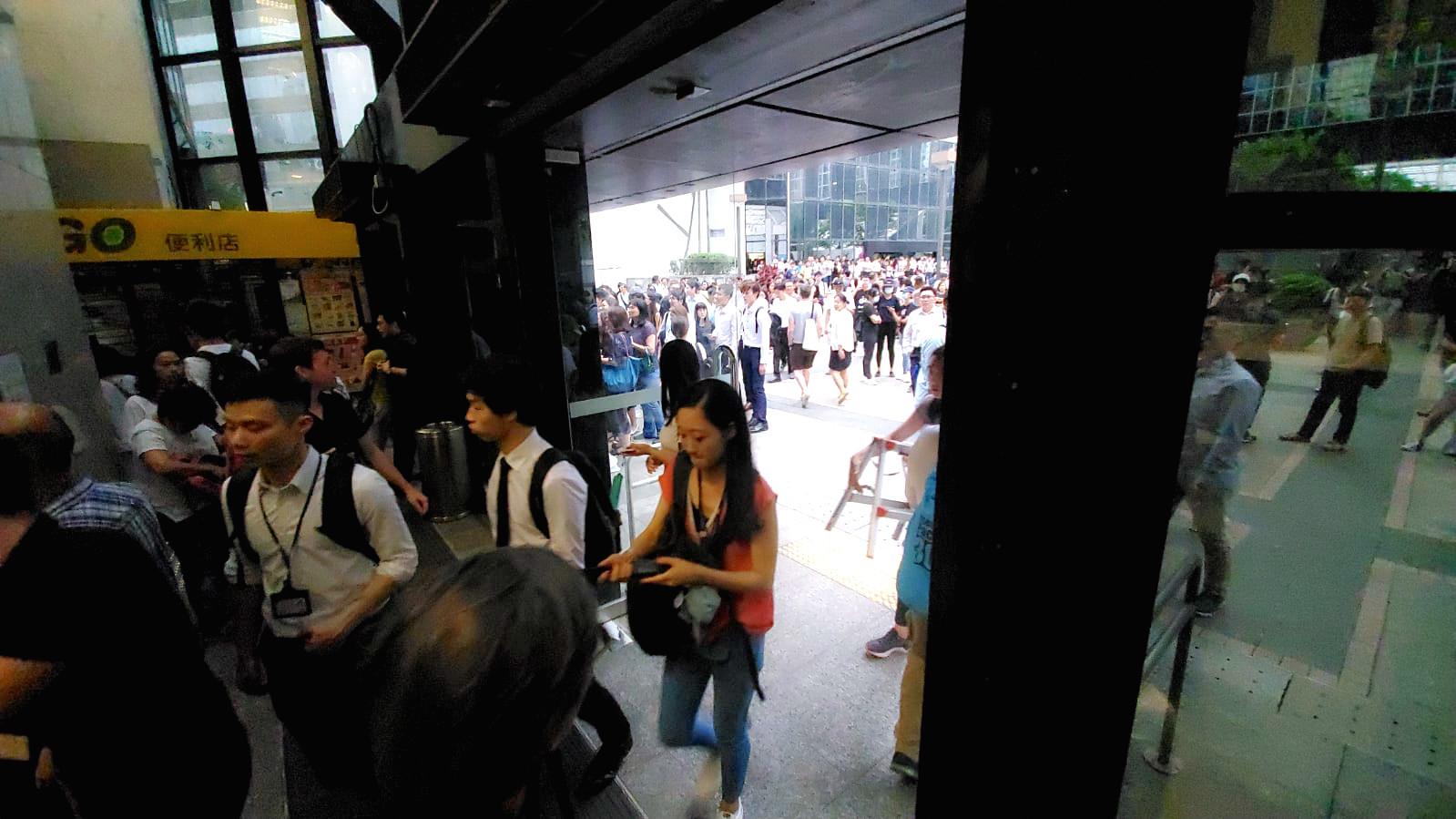 示威者解封稅務大樓門口。