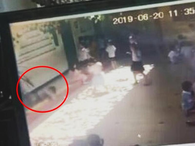 海南臨高一間幼兒園發生一宗女童被玻璃窗砸到的事故。影片截圖
