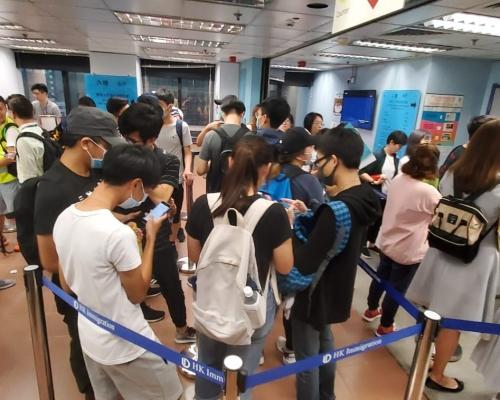 【逃犯條例】示威者一度往入境大樓多層擾攘  高喊口號