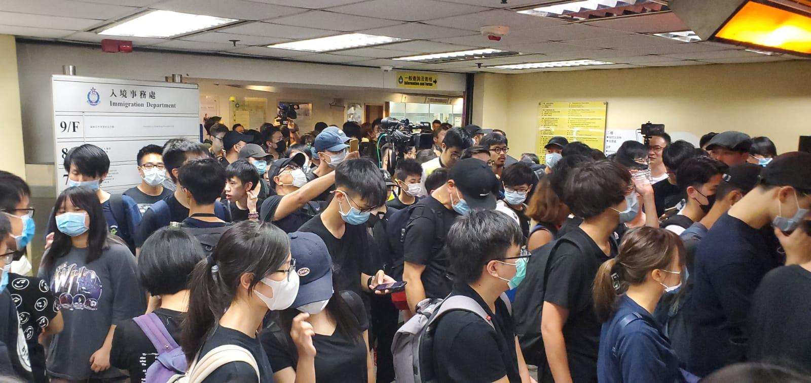 示威者分批前往入境處多個樓層聚集。