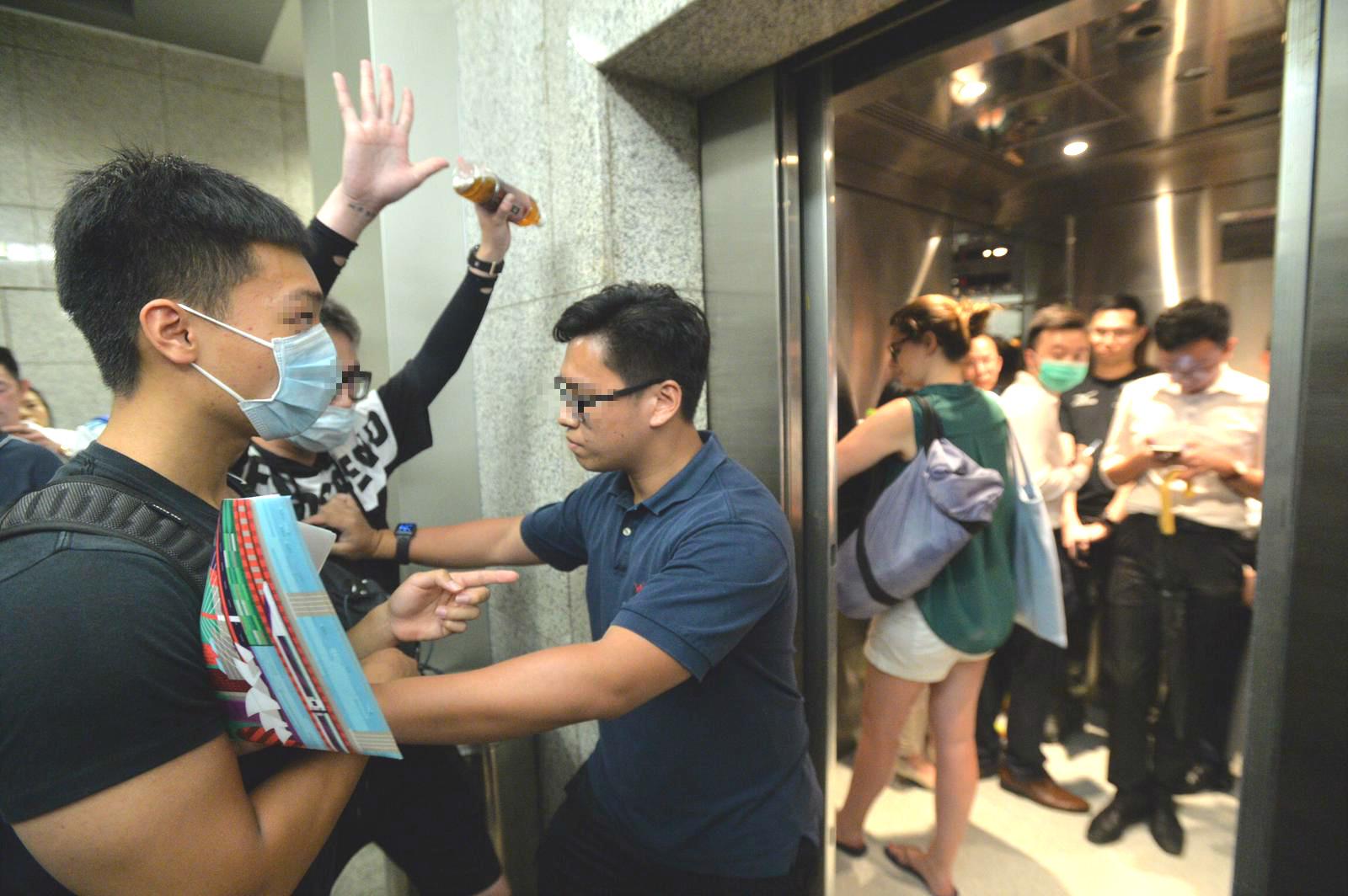 有示威者試圖阻礙市民職員使用升降機