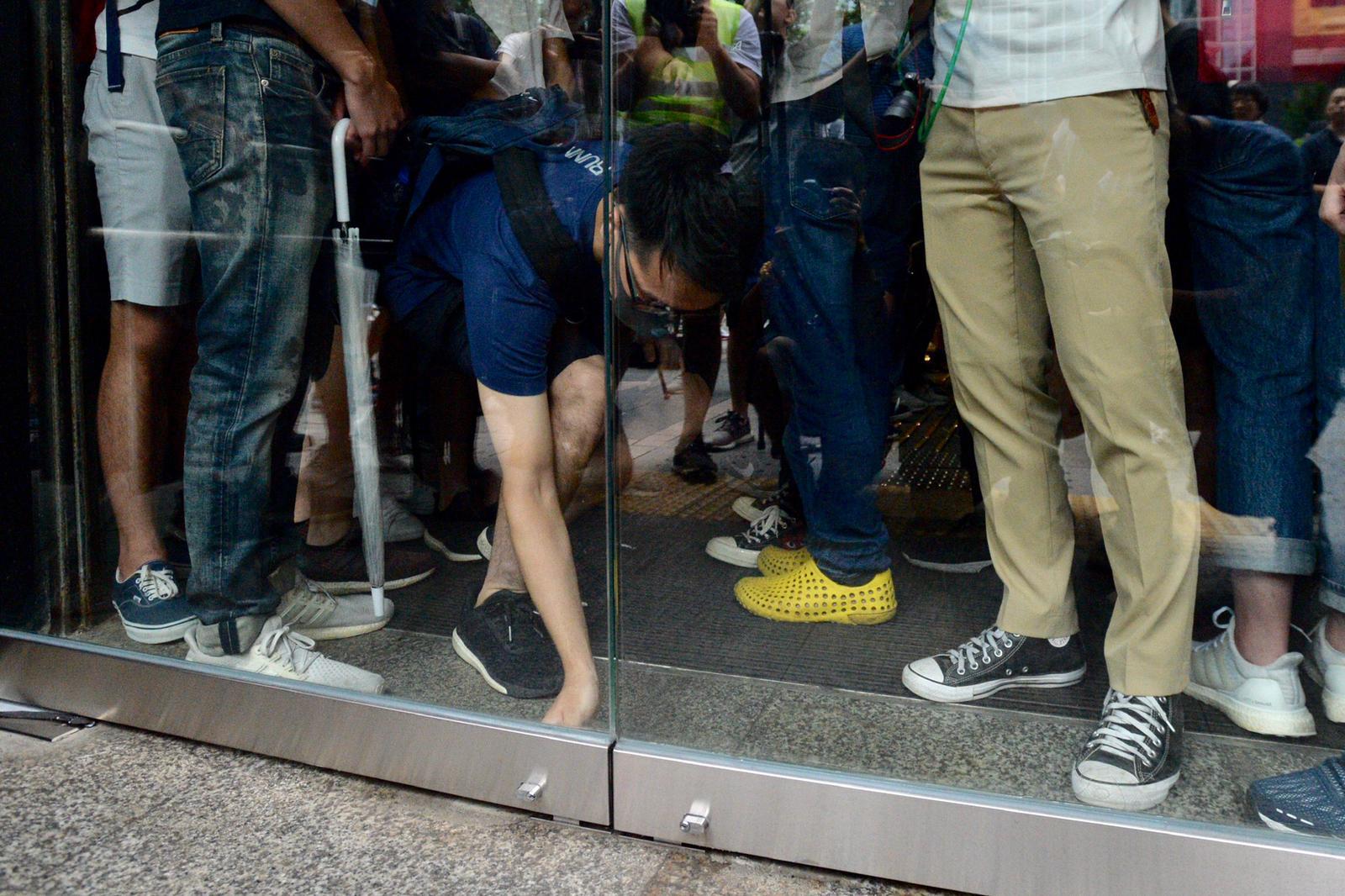 示威者堵塞稅務大樓門口
