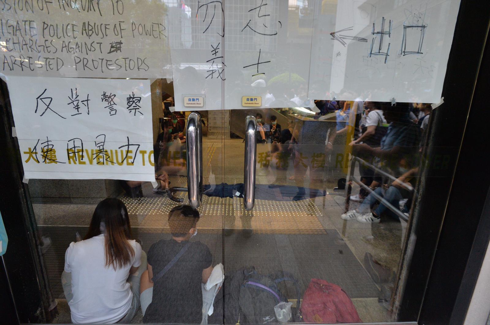 示威者佔據稅務大樓大堂阻礙市民及職員進出。