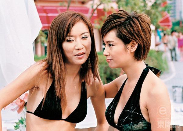 04年在電影《性感都市》中,張文慈跟朱茵鬥騷身材。(東周網圖片)