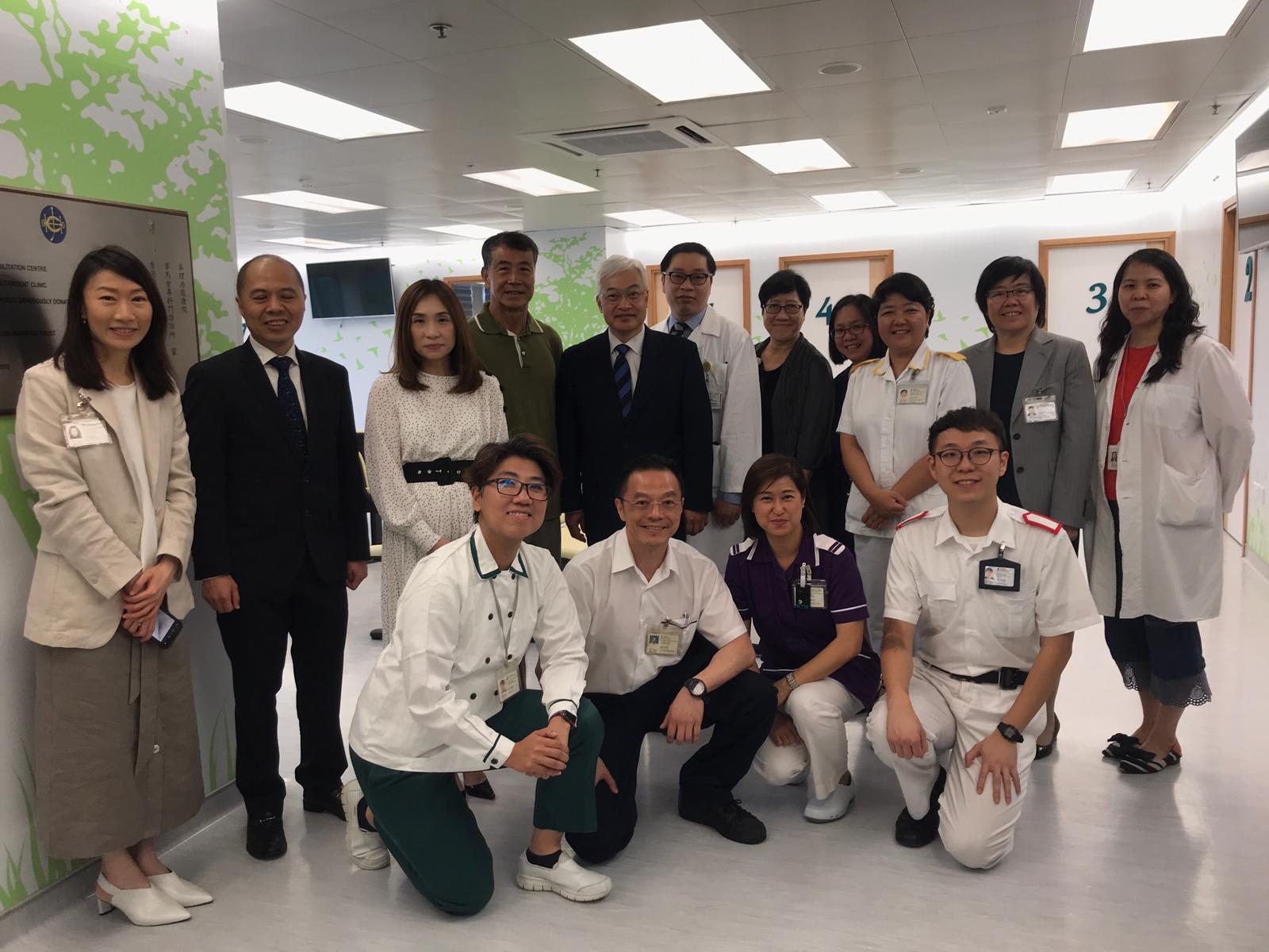 門診服務跨專科醫療團隊,以及病人葉先生(綠衣者)。