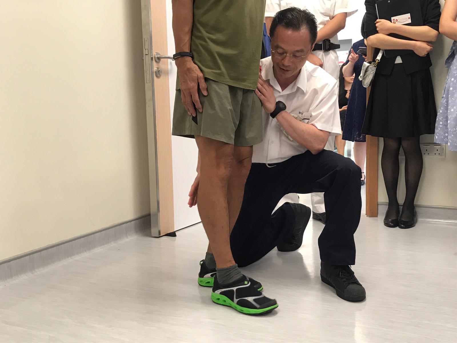 葉先生(綠衣者)在中心經過三次物理治療。