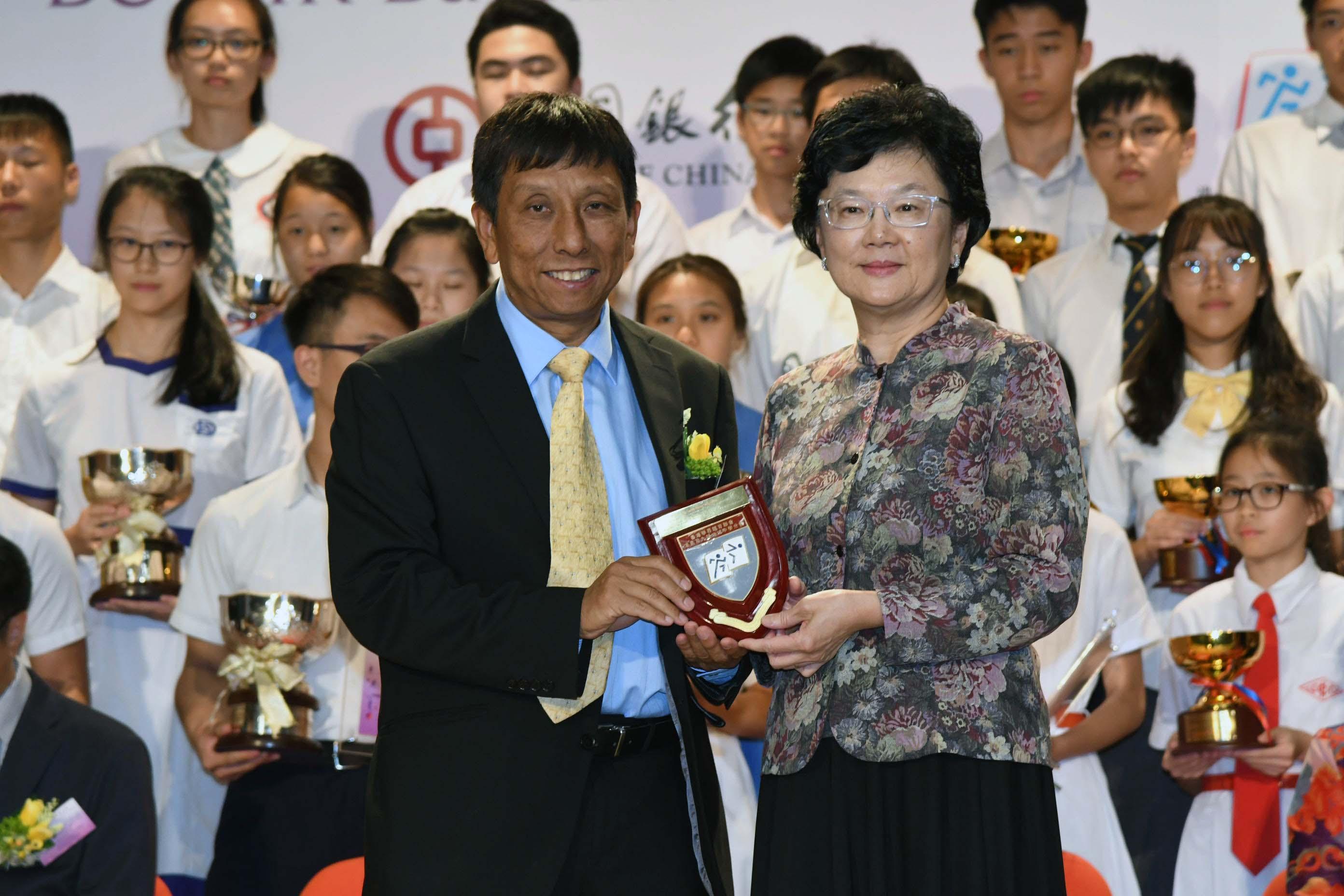 香港浸會大學體育學系副教授雷雄德(左)獲邀任頒獎嘉賓。郭晉朗攝