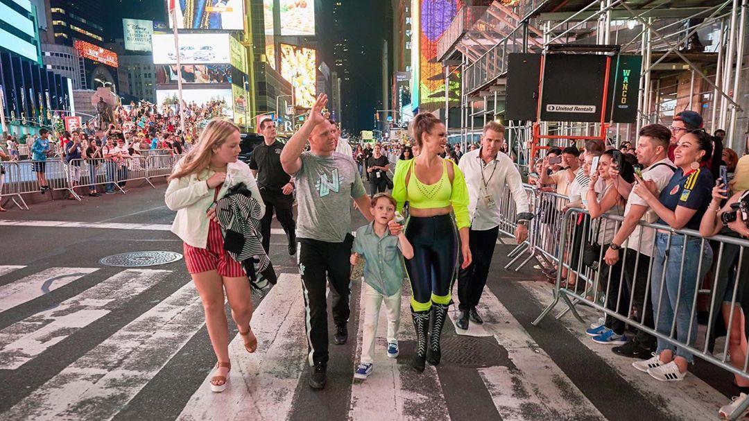 美國著名馬戲團團體「The Flying Wallendas」在紐約時代廣場挑戰「25層樓高」踩鋼線表演。nikwallenda IG圖片
