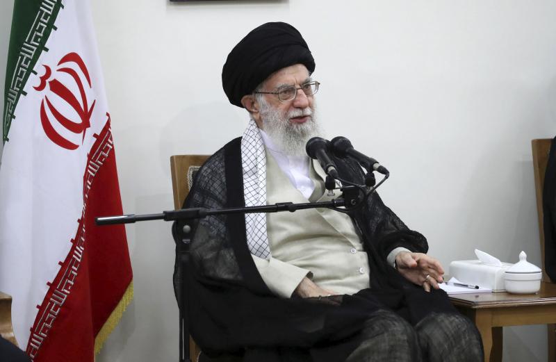 美國向伊朗實施新一輪制裁,主要針對伊朗最高精神領袖哈梅內伊(圖),切斷他的財政渠道及支援。AP