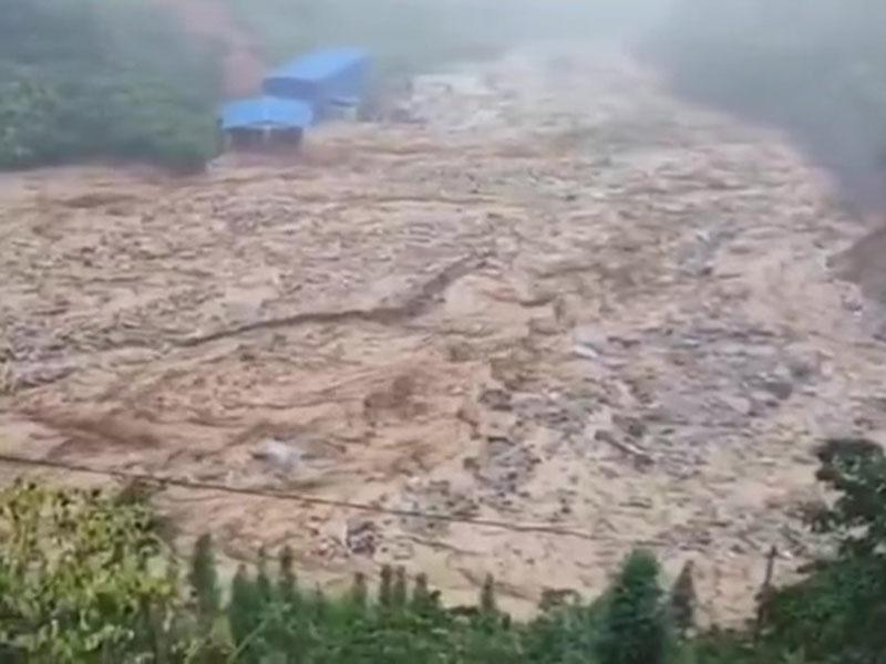 雲南金水河鎮突發山泥傾瀉,村莊被淹沒多人受困。(網圖)