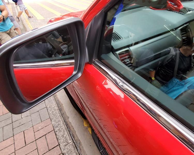 紅色私家車車門被撞凹。林思明攝
