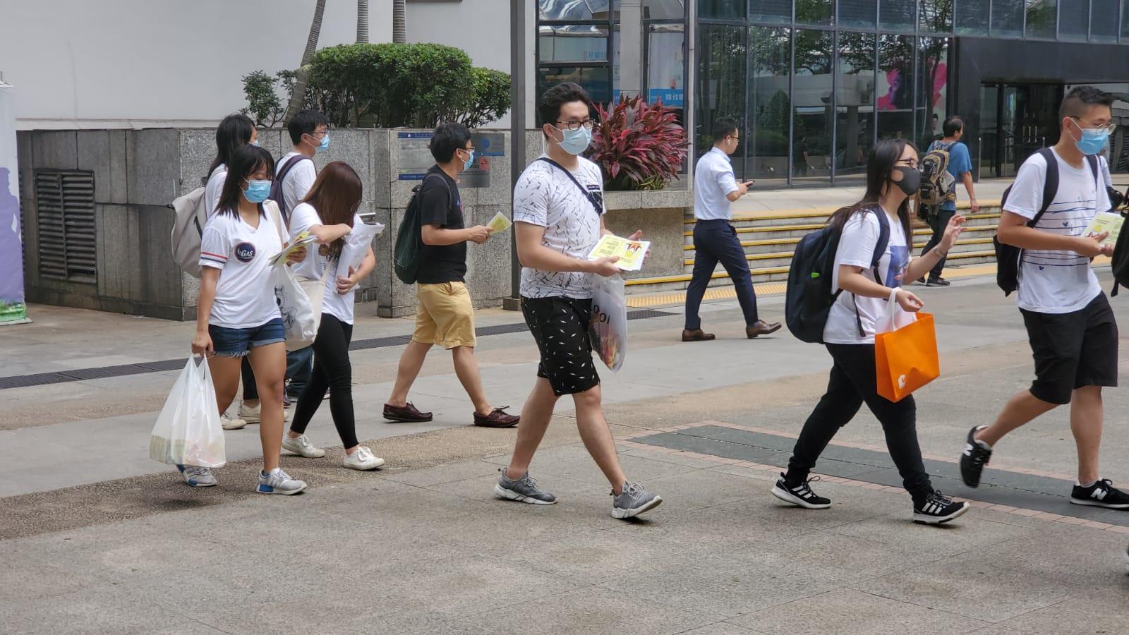 示威者發「唔好意思」行動派傳單。