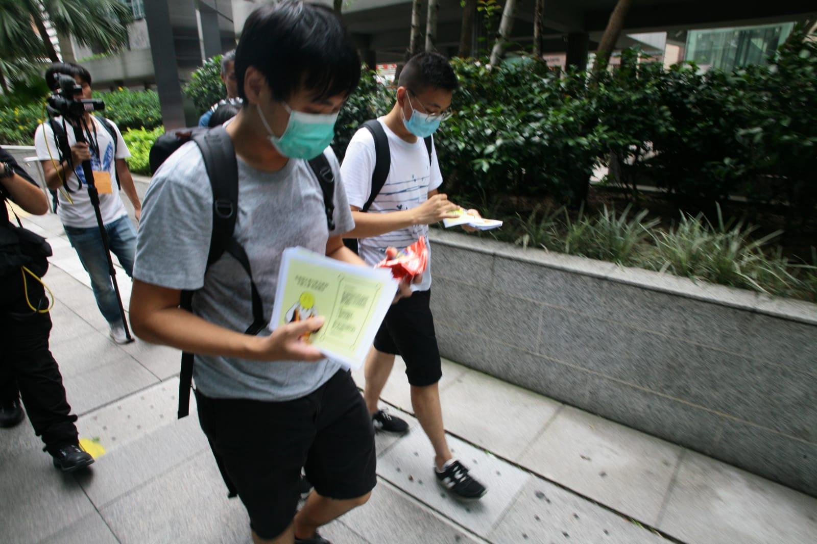 示威者派傳單向市民道歉。