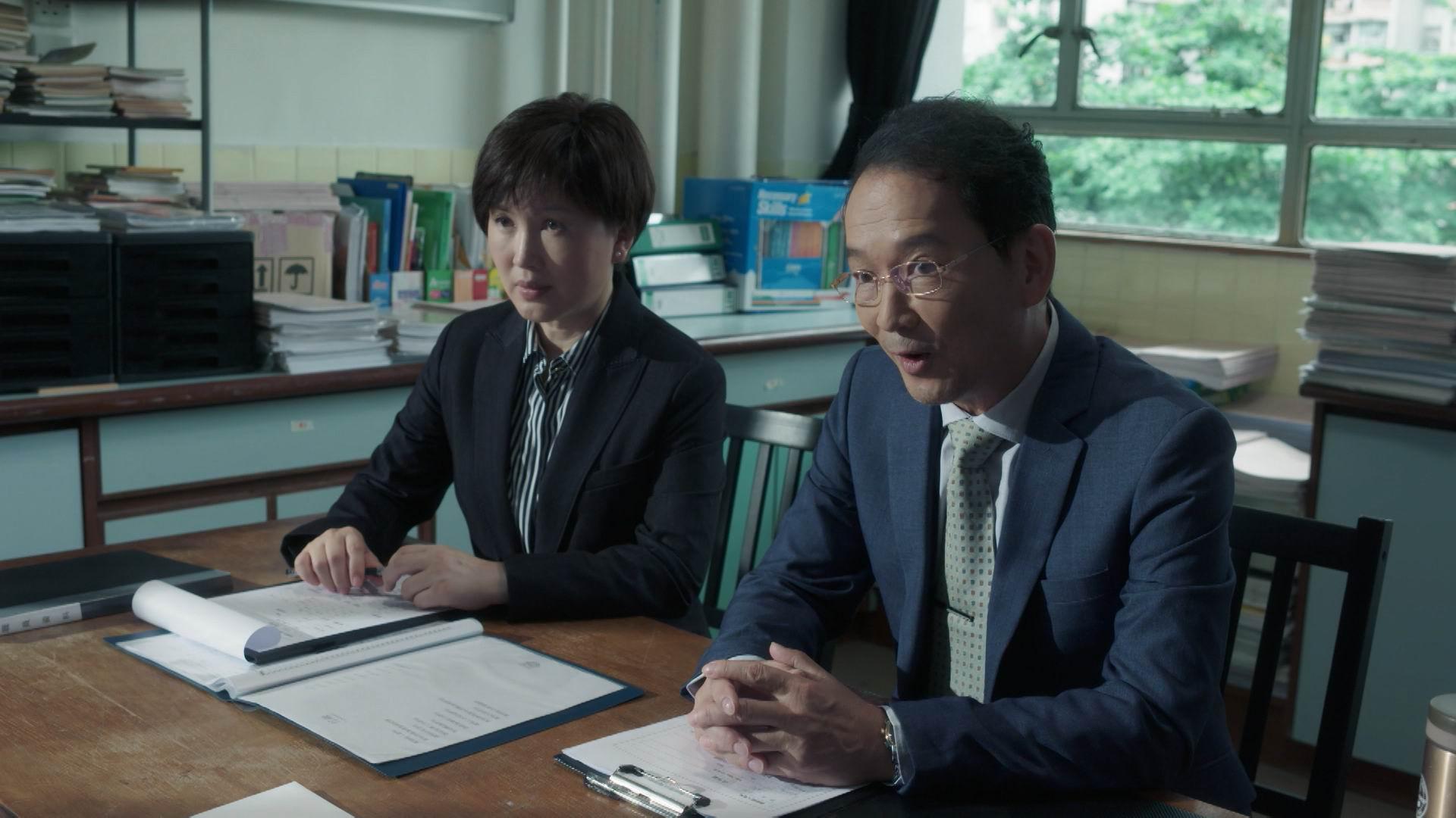 智叔與陳秀雯演出《教束》。