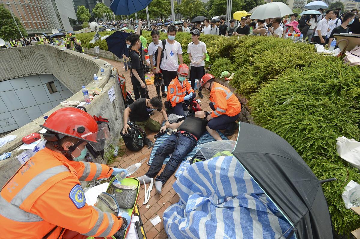 消防處澄清無發現警員上救護車強行帶走傷者。資料圖片