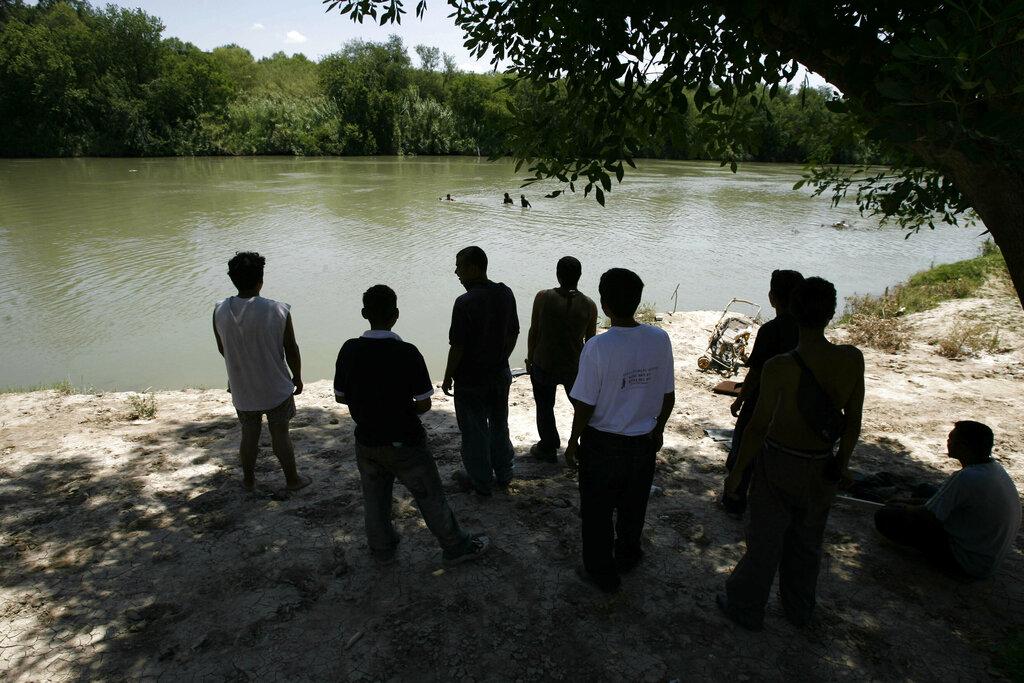 美國德州相關機構周一通報,有7名移民在美墨邊境熱死。 AP圖片