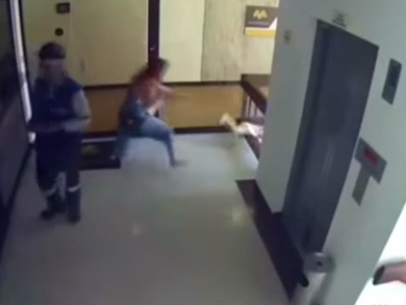 男童從欄杆縫隙中跌落,幸好媽媽看到後立即飛撲上前抓住。影片截圖