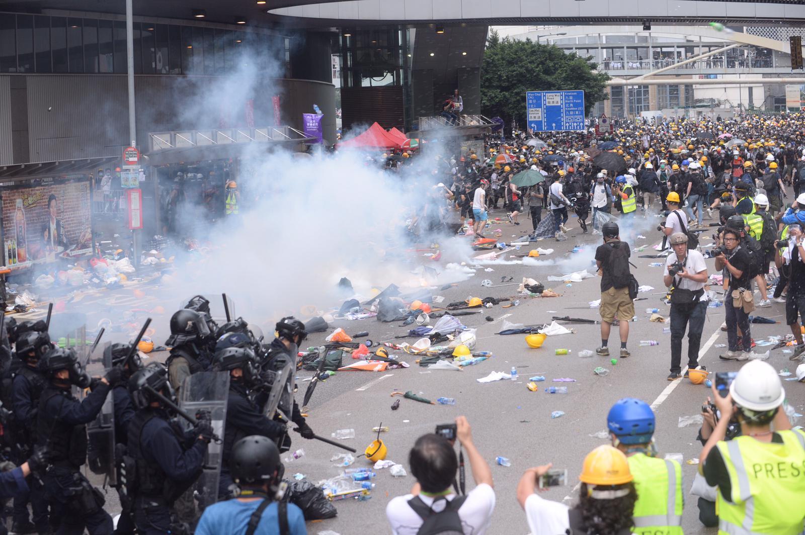 警方一度施放催淚彈、橡膠子彈及布袋彈驅散示威者。資料圖片