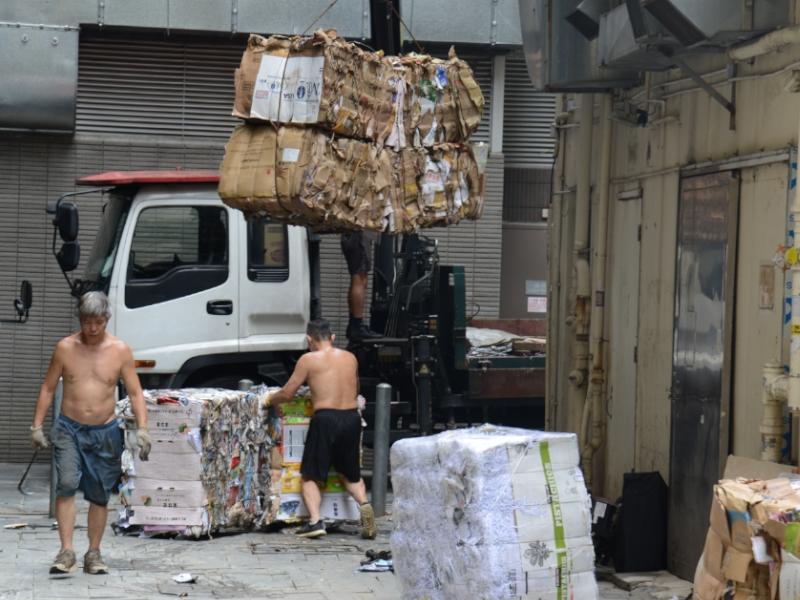 灣仔大王東街一間廢紙回收商接收廢紙後,便立即紮起廢紙再吊起運上車。何健勇攝