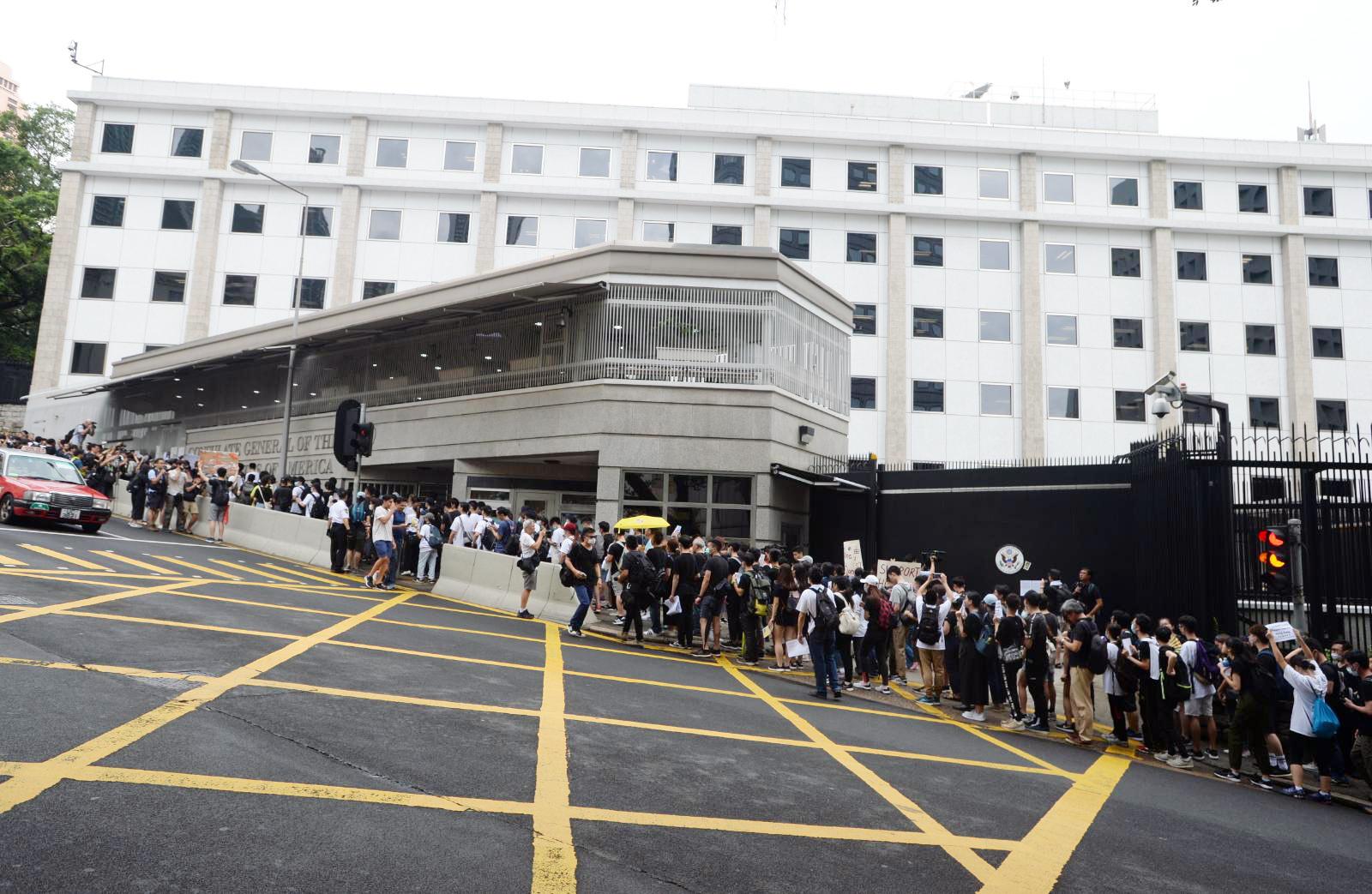 市民前往19個駐港總領事館遞信請願。