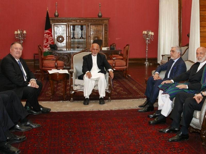 蓬佩奧(左)在喀布爾與阿富汗總統加尼(中)會談。AP