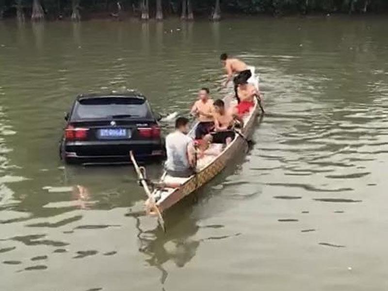 私家車衝進河,龍舟隊急救人。(網圖)