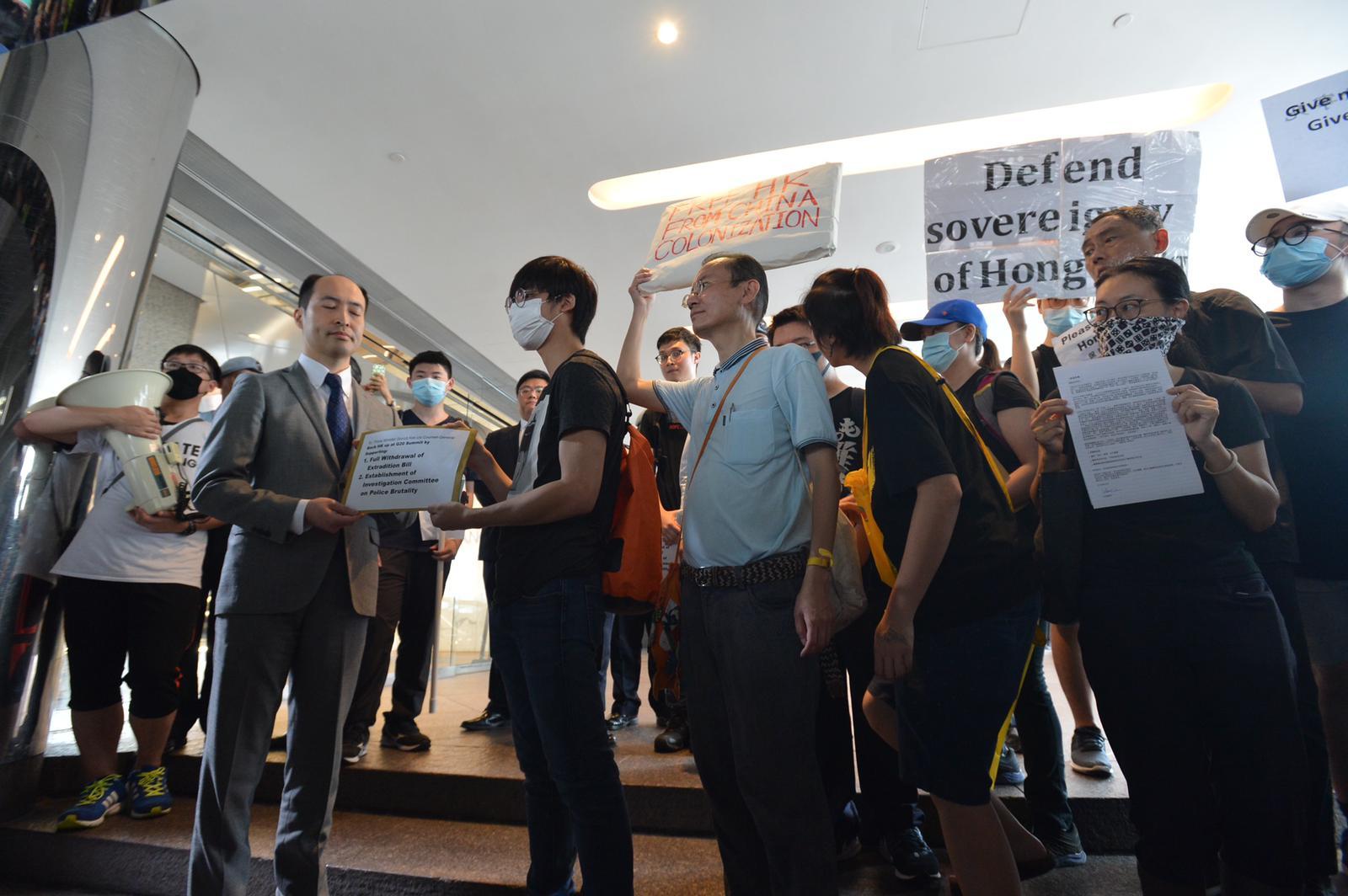 市民到日本領事館遞請願信。
