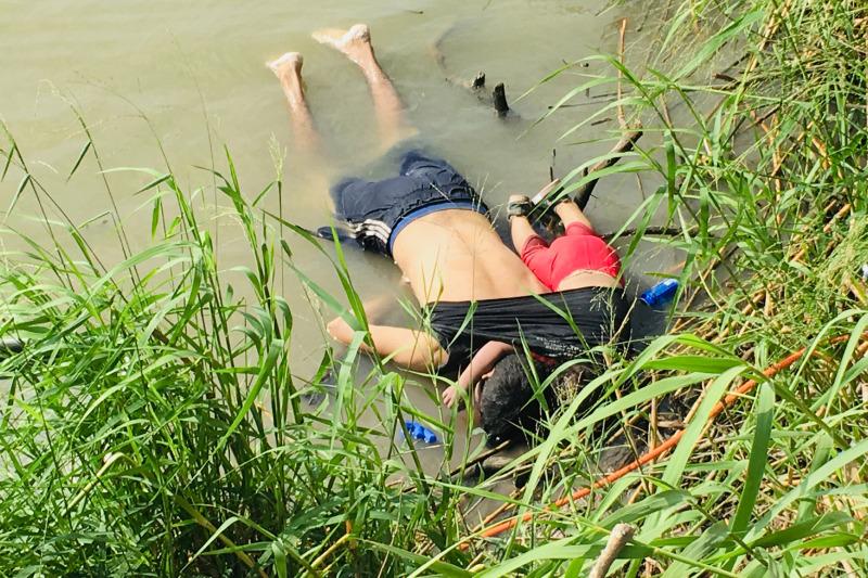 來自薩爾瓦多的一名父親與兩歲女童溺死在河邊,兩人原本想跨越邊境進入美國。AP