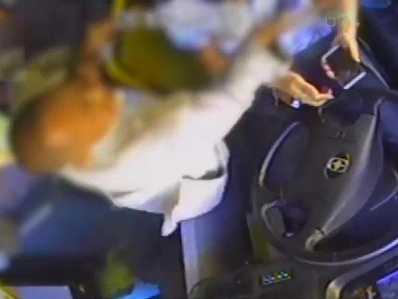 兩男在巴士上掙畀錢,阻塞車門。司機勸阻後,其中一人暴怒,先後毆打司機11次,還搶奪手機撕衣服、扭胳膊和咬人。(網圖)
