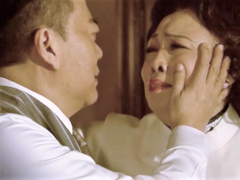 歐陽波比更摸群姐臉頰,對她深情表白「我愛你」。電視截圖