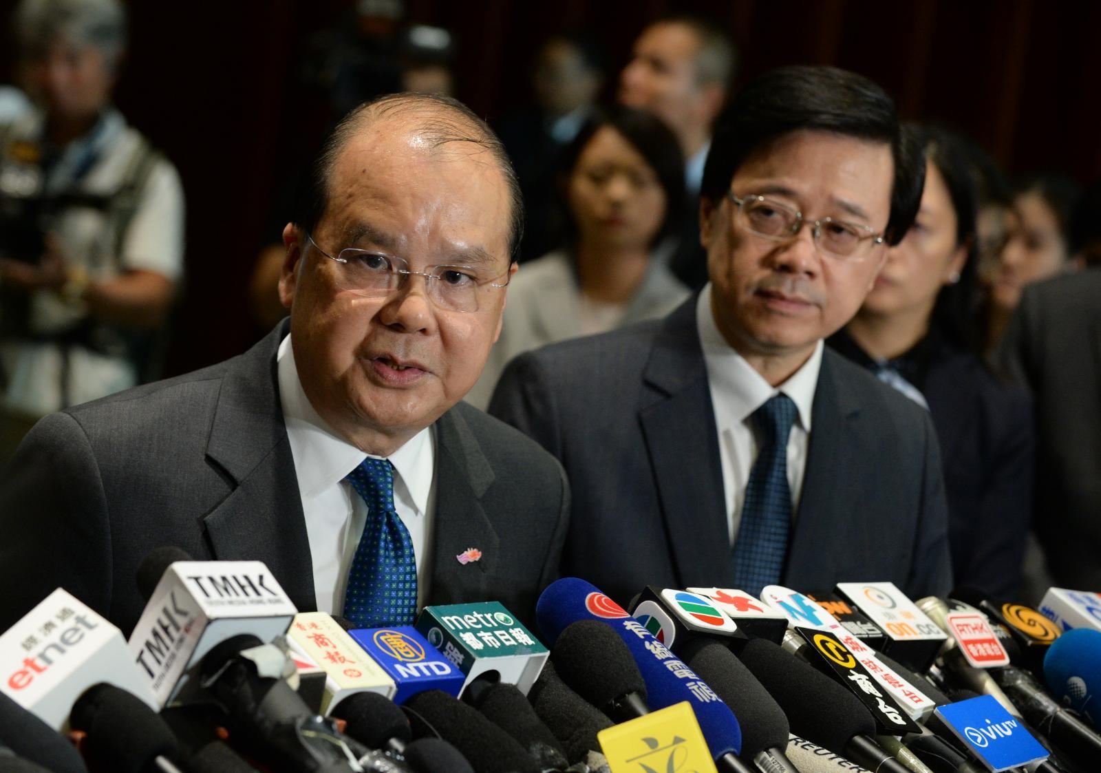 政務司司長張建宗(左)指政府運作無停頓。