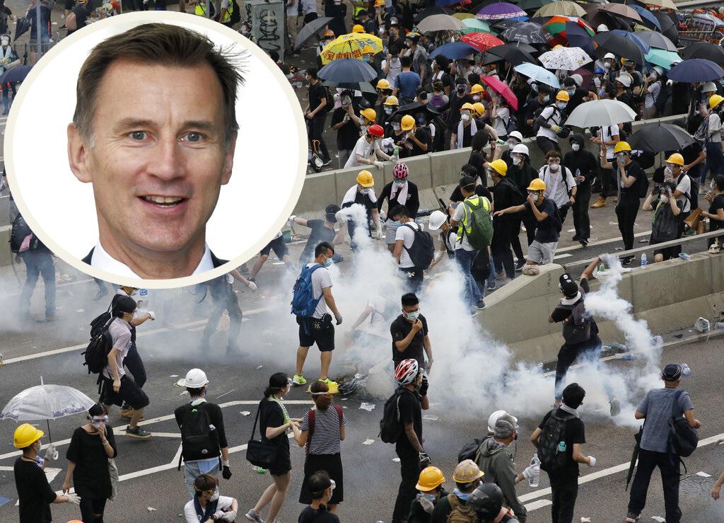 英國外相侯俊偉(小圖)要求香港特區政府就金鐘衝突事件,展開獨立調查。 AP圖