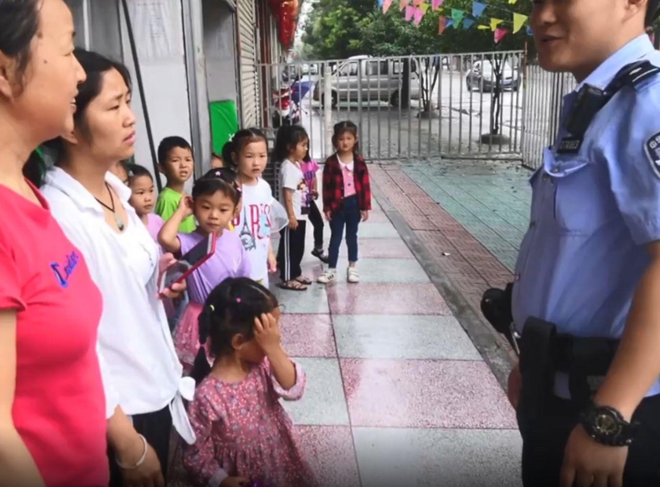 警員成功聯絡到女童的家人,並將她送回原本就讀的學校。網圖