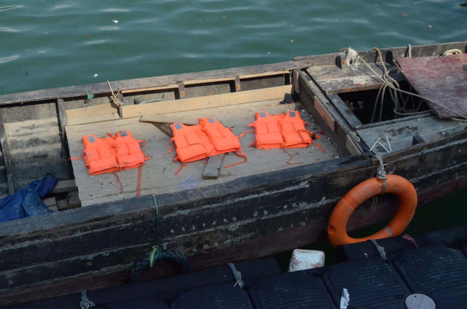 水警扣查船隻。